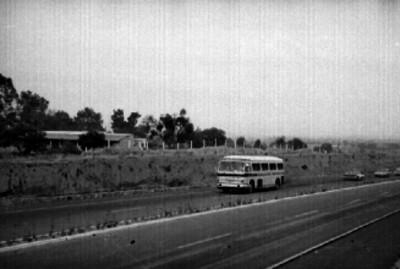 Camión de pasajeros circulando una carretera
