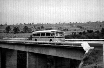 Camión de pasajeros cruzando un puente