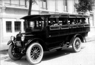 Camión urbano con pasajeros en una calle