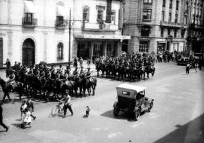 Contingente de caballería durante un desfile en una calle de la cd. de México