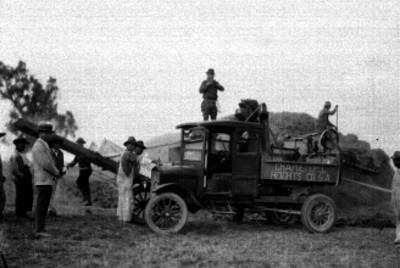 Trabajadores cargando cosecha a un camión en un campo de cultivo