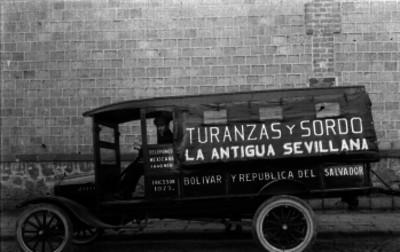 Chofer a bordo de un auto de carga de la empresa Turanzas y Sordo