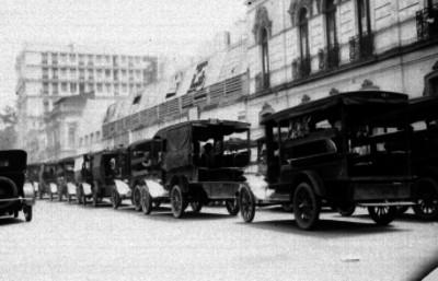 Base de vehiculos de transporte público en una calle