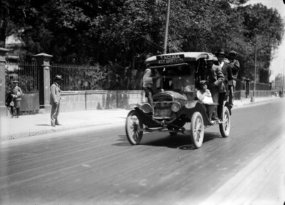 Camión urbano de la ruta tacuba transitando por una calle