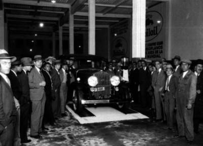 Hombres durante una exhibición de automóviles en una agencia
