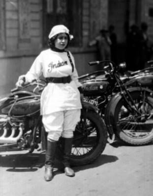 Mujer motociclista, retrato