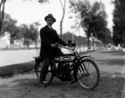 Hombre en motocicleta, retrato