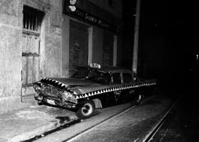 Taxi sobre una acera después de haber chocado