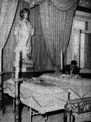 Féretros durante un velorio en una agencia funeraria