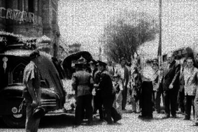 Empleados de inhumaciones Alcazar introduciendo un féretro en una carroza fúnebre