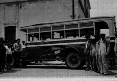 Hombres junto a un autobús accidentado frente a la Delegación del Ministerio Público