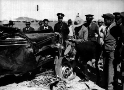 Agente vial examinando un automóvil accidentado