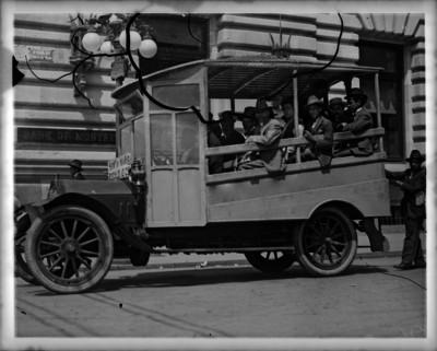 Hombres a bordo de transporte público