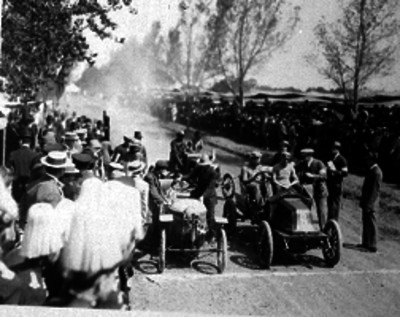 Ángel Pinal e Icaza a bordo de su auto esperando la señal de salida durante el circuito Chapultepec