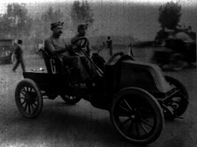 Ángel Pinal e Icaza tripulando el renault número 6 durante una carrera en el autódromo Chapultepec