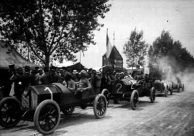 Salida de los autos participantes en las carreras del circuito Chapultepec