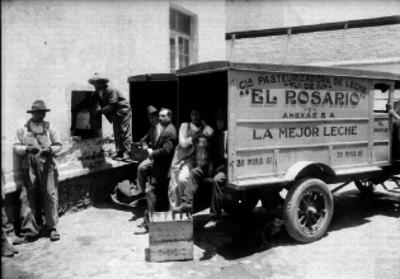 Trabajadores de la compañía pasteurizadora de leche El Rosario, descargando un camión