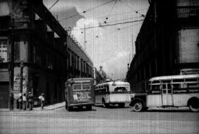 Autobuses de pasajeros pasan por un avenida