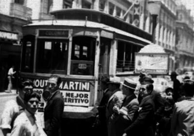 Gente alrededor de un tranvía en una calle