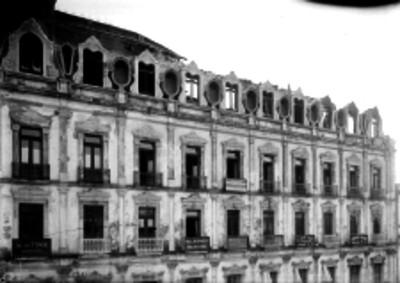 Edificio con el techo derrumbado probablemente durante un incendio