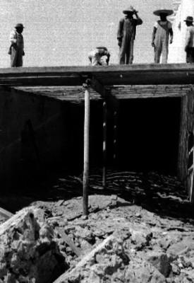 Hombres reconstruyendo una casa después de un derrumbe