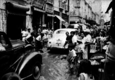 Vida cotidiana en una calle de la ciudad de México inundada
