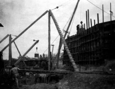 Hombres trabajando durante la construcción de un edificio
