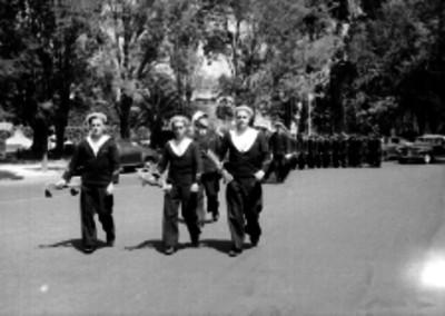 Marinos ingleses desfilando por una calle