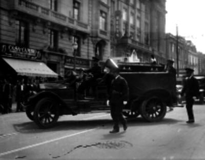 Carro de bomberos llevando un feretro
