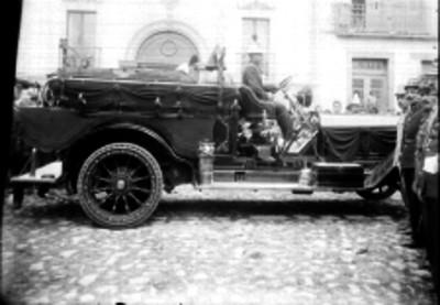 Carro de bomberos transportando un feretro