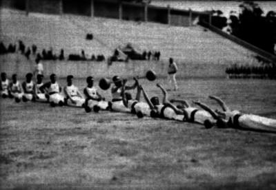 Bomberos realizando una tabla gimnástica durante un festival deportivo en el Estadio Nacional