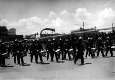 Banda de guerra del cuerpo de bomberos desfilando en una calle