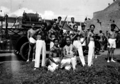 Bomberos posando junto a un camión en el Estadio Nacional