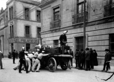 Bomberos sacando una bomba de vapor para realizar prácticas en la calle de Betlemitas