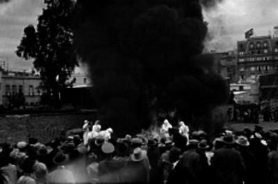 Multitud observa a bomberos sofocar un incendio