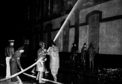 Bomberos sofocando un incendio