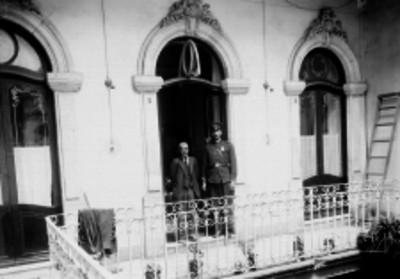 Policía y otro hombre en el interior de un edificio