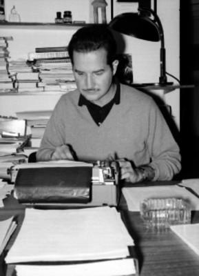Personas escribiendo a máquina en una oficina