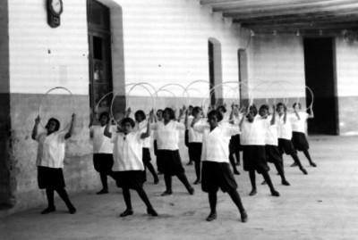 Mujeres de un hospicio realizando tablas gimnásticas