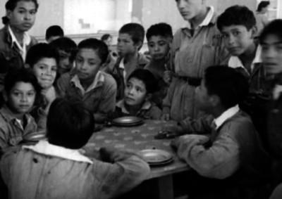 Niños comiendo en un hospicio