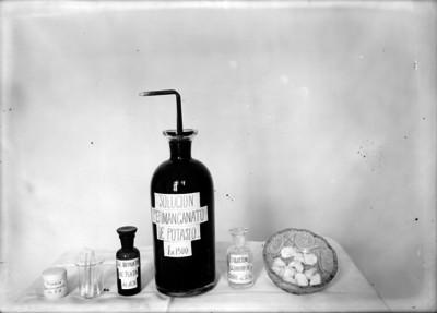 Frascos conteniendo productos químicos