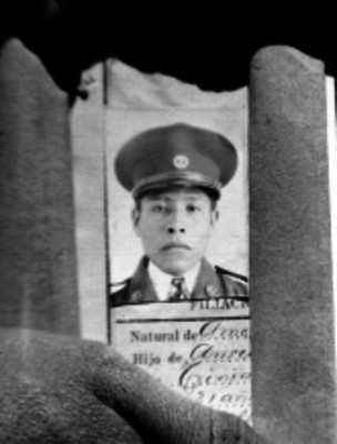 Agente policiaco, fotografía de filiación y contrato