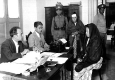 Mujeres de condición humilde declarando ante agentes del Ministerio Público