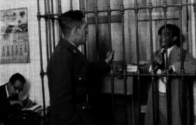 Agente del Ministerio Público interrogando a un detenido