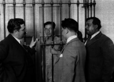 Miembros del Ministerio Público interrogando a un detenido