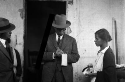 Agentes del Ministerio Público interrogando a una mujer con herida en la mano