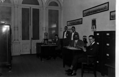 Hombres con documentos laboran en una oficina