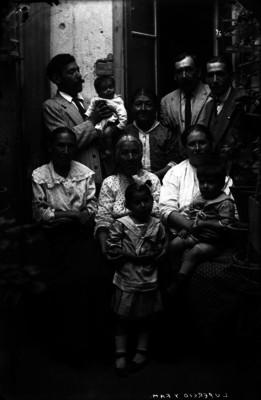 Abrahám Lupercio, periodista, con su familia, retrato de grupo