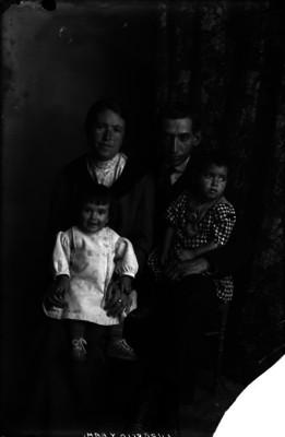 Abraham Lupercio, periodista, con su familia, retrato de grupo
