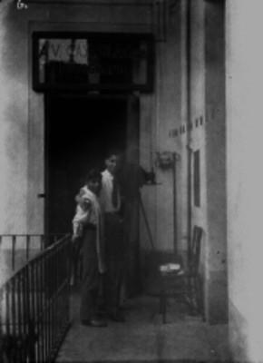 """Ismael Casasola y """"coditos"""" frente a una agencia fotográfica, retrato"""